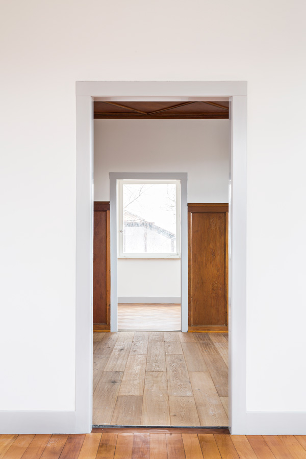 Hinteres Zimmer: Eichenparkett (Fischgrätenmuster) Geschliffen Und Geölt.  Holzvertäfelung Gereinigt Und Restauriert. Türrahmen Handlackiert.